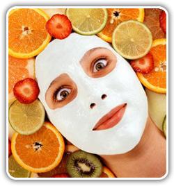 La persona se ha enrojecido después de la máscara del caolín