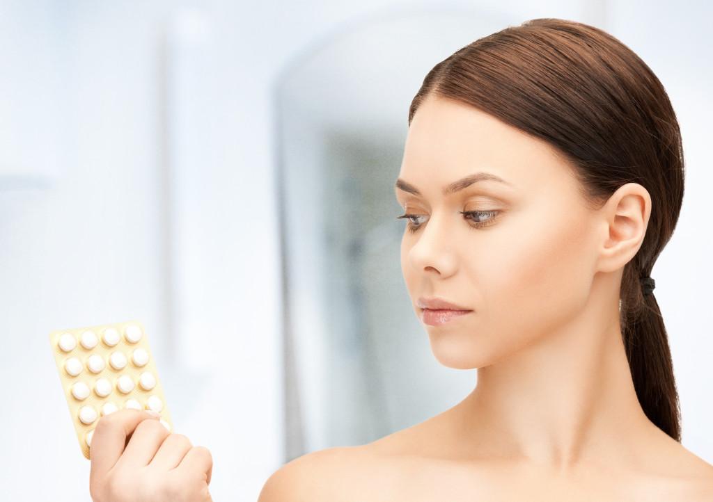 chica con pastillas anticonceptivas