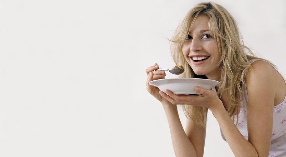 Mujer delgada comiendo