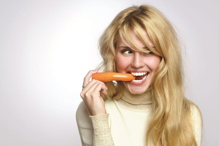 Mujer comiendo zanahorias