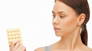 Mujer con pastillas anticonceptivas