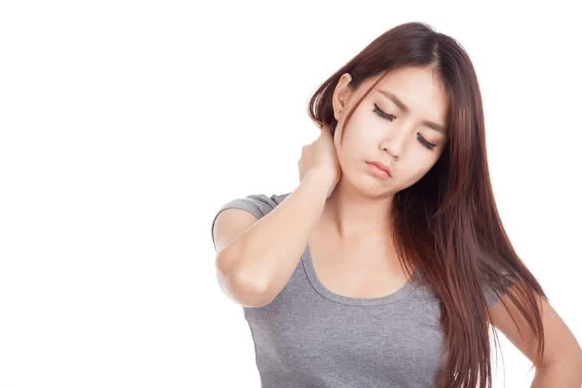 Chica haciendo ejercicios de cuello