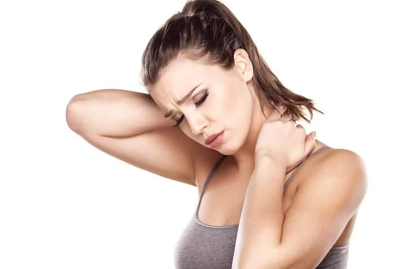 Chica con dolor de cuello