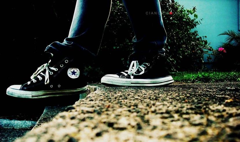 Caminando cómodo con las zapatillas Converse