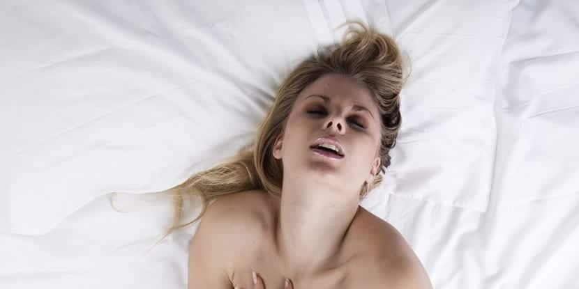 Chica teniendo sexo de pareja