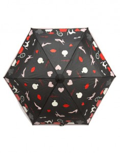 Paraguas negro con objetos
