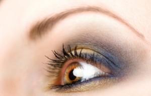 delinear los ojos con maquillaje