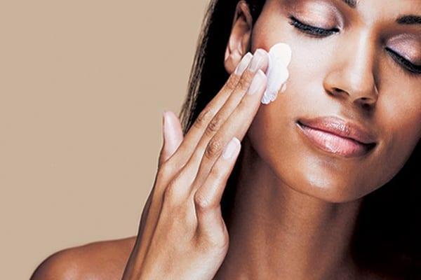 La forma correcta de aplicarse una crema facial
