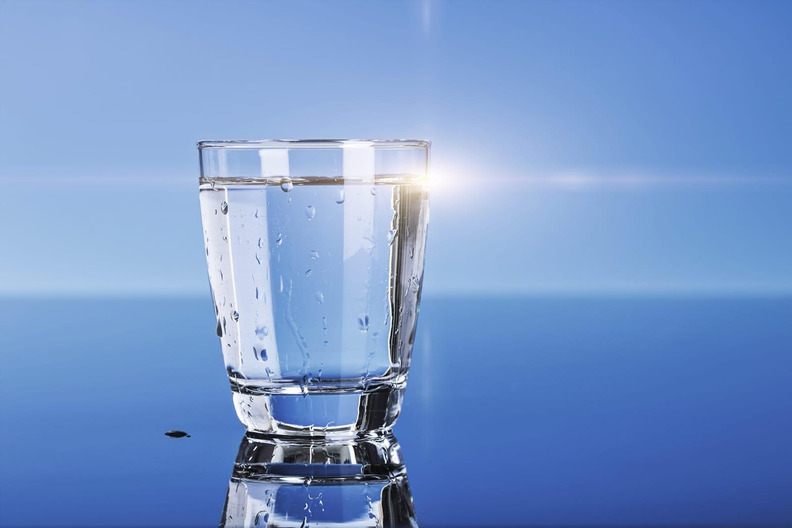 agua con sal vaso