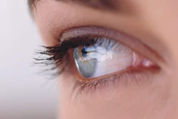 Sencillos ejercicios que devolverán la belleza a tus ojos