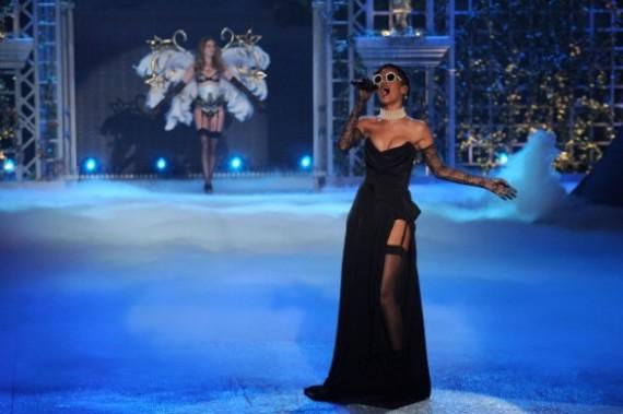 Rihanna abre la pasarela de lencería de Victoria´s Secret