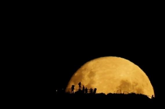 Siluetas en la Luna