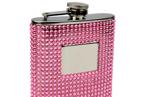 Con incrustaciones de piedras rosas para brillar por la noche,podrás encontrarla en Flask
