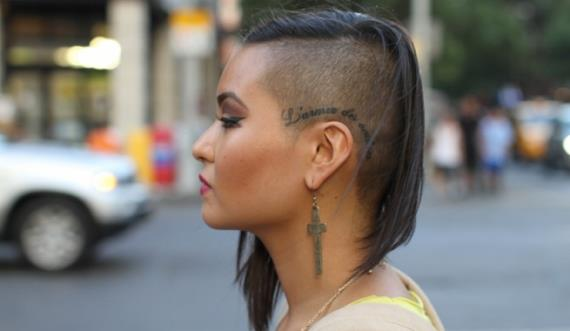 Corte de cabello medio lado rapado