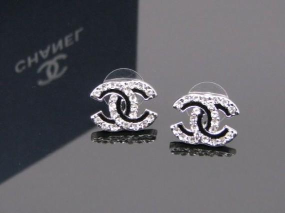 Los pendientes Chanel doble C convertido en un icono de accesorios