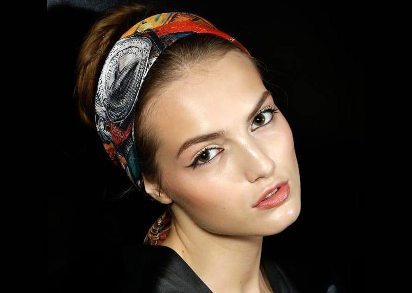 5 formas de peinarte con un pañuelo y combinarlo con un maquillaje natural