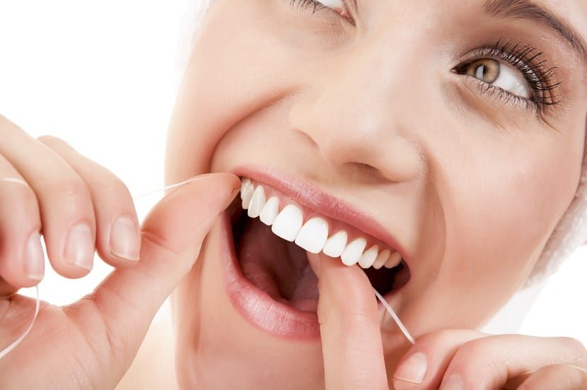 Descalicificación de los dientes en mujer
