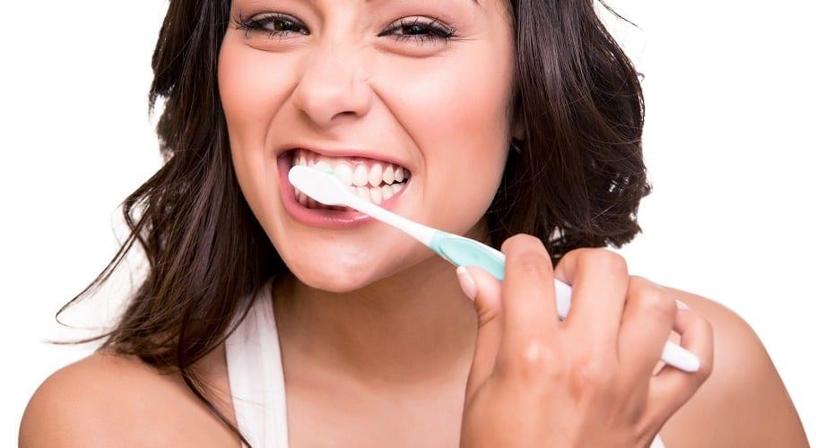 Mujer lavándose los dientes