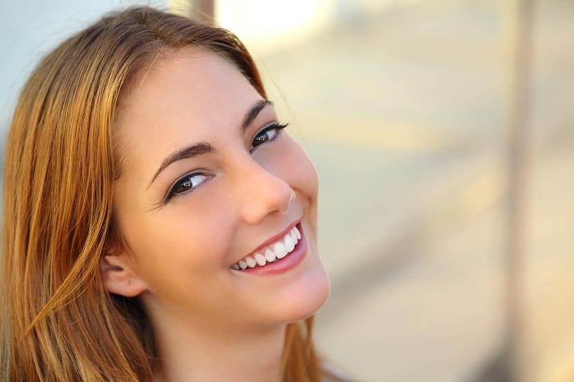 Chica con manchas de descalcificación en los dientes