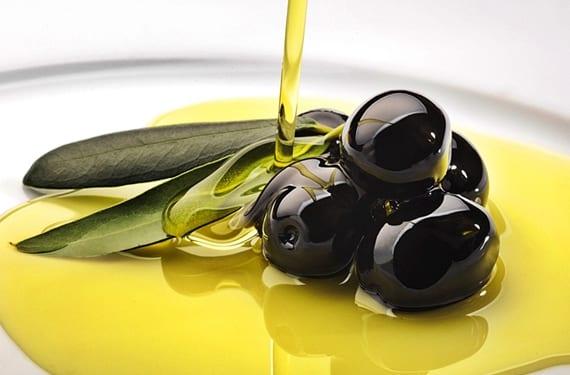 chorro de aceite de oliva virgen