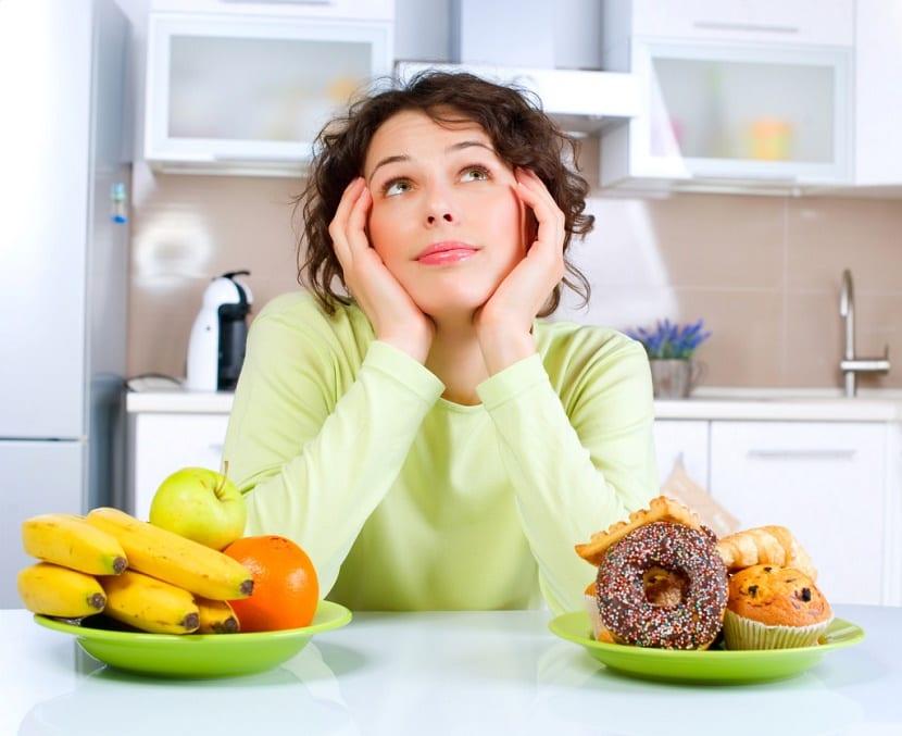 Mujer planificando su dieta