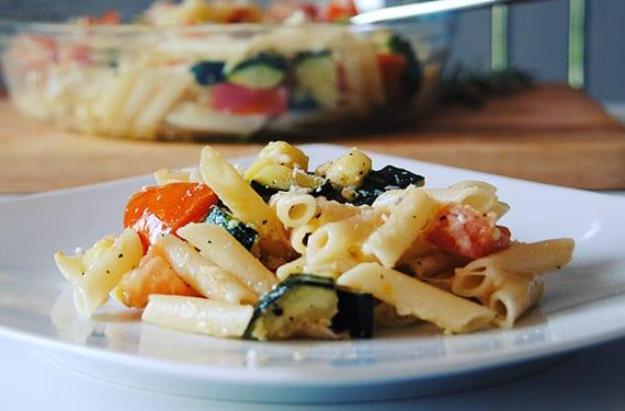 Pasta con calabacín, tomate y mozzarella