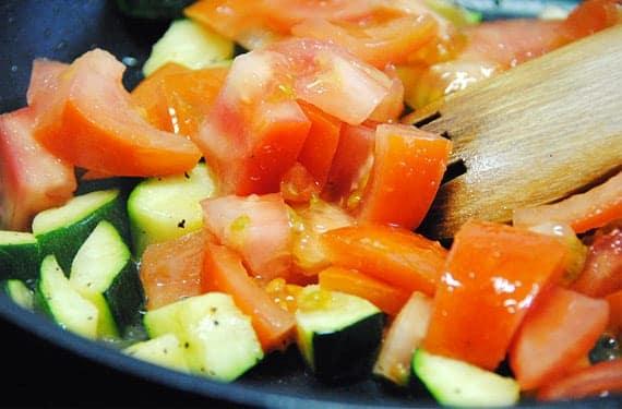 Ajo-calabacín y tomate en la sartén