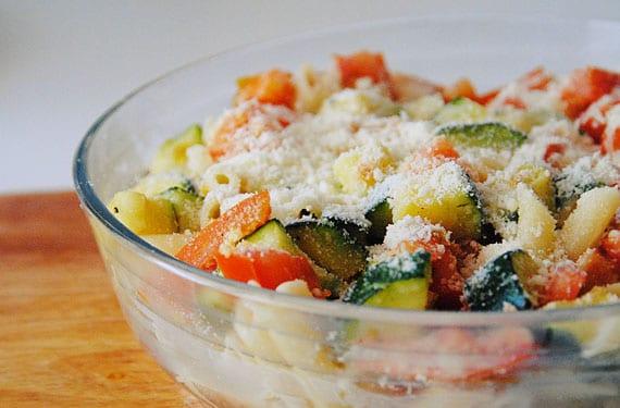 Pasta con calabacín tomate y queso