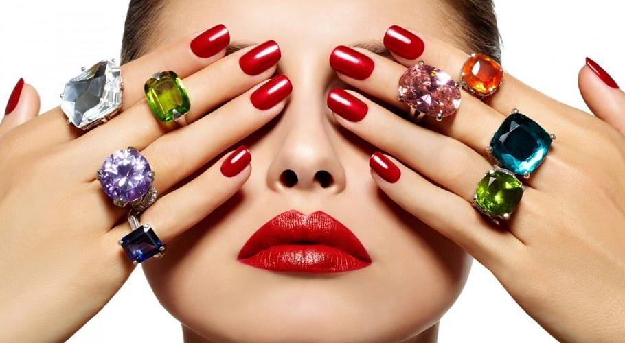 Chica con uñas de gel