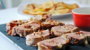 Solomillo de cerdo relleno de queso, tomates secos y albahaca