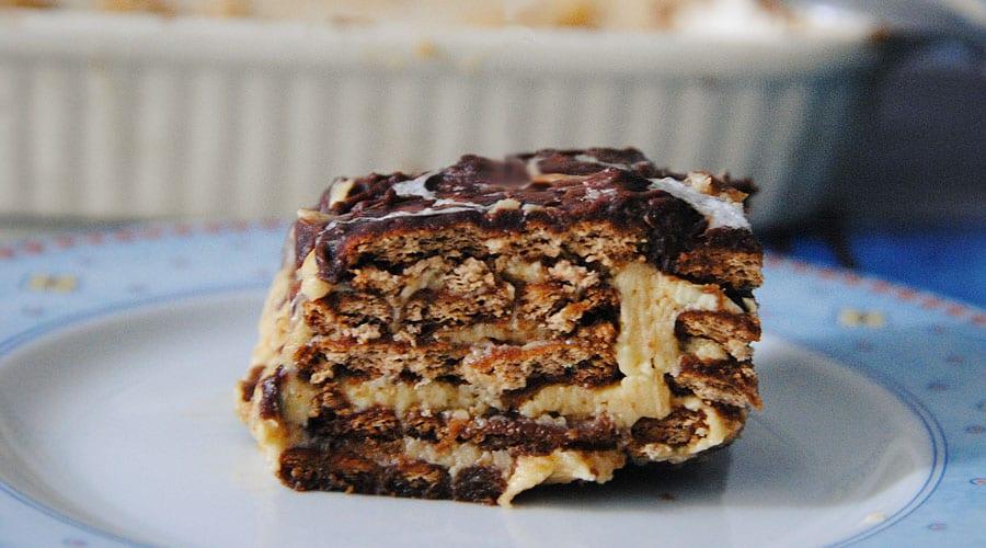 Tarta de galletas con café y cobertura de chocolate negro