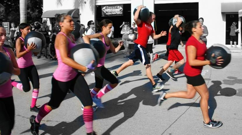 chicas corriendo crossfit