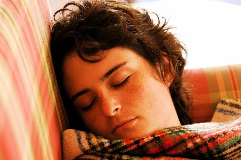 mujer dormida sof