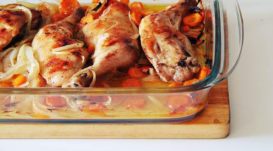 Muslos de pollo asados con zanahoria