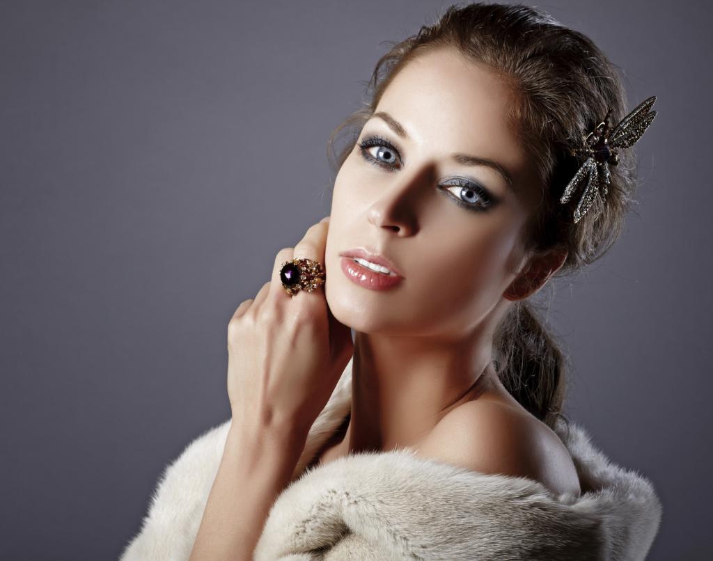 655-aplique-de-pelo-para-novia-2011-con-adornos-en-plumas-