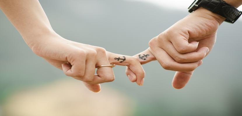 manos unidas pareja