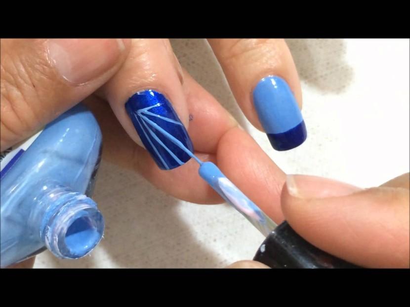 Diseño de uñas azul y plata