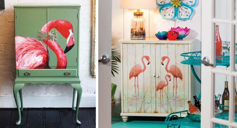 Flamencos pintados sobre muebles reciclados