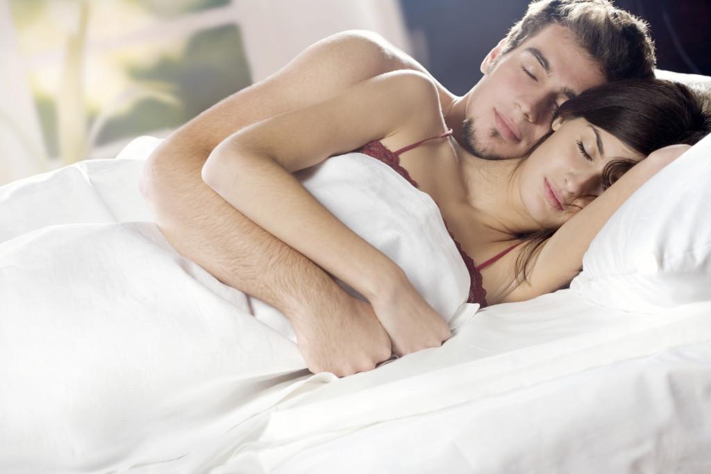 pareja durmiendo en la cama
