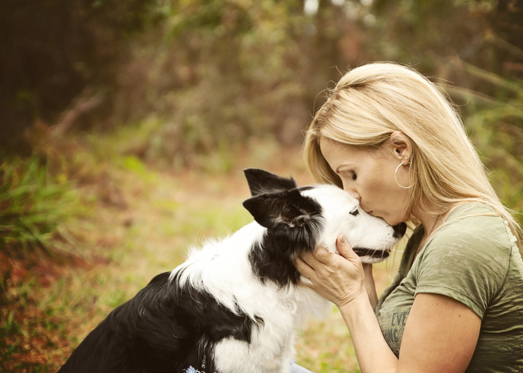 perro chica beso