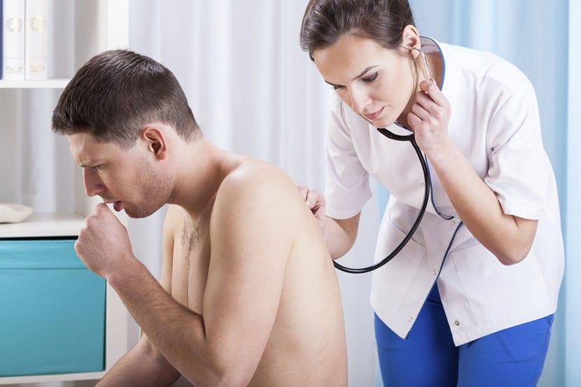 mujer oscultando enfermo de La enfermedad del beso