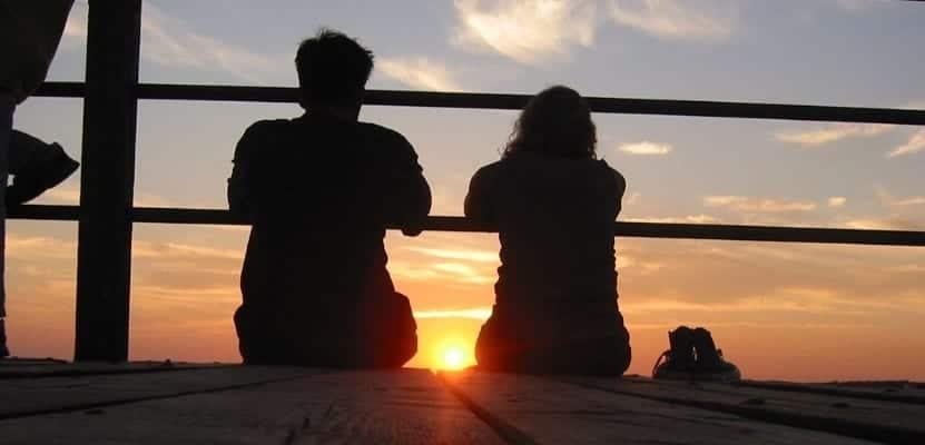 pareja al amanecer