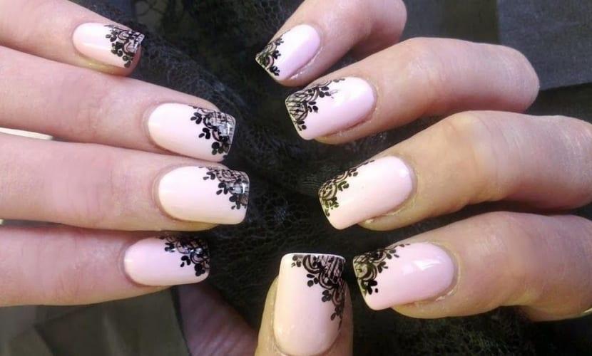 Encaje para terminar unas elegantes uñas