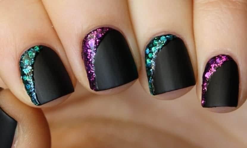 Manicura combinada con glitter