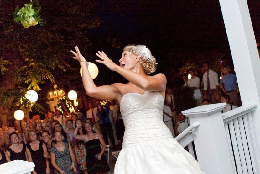 Lanzar ramo de novia en terraza