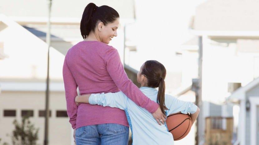madre e hija hablando