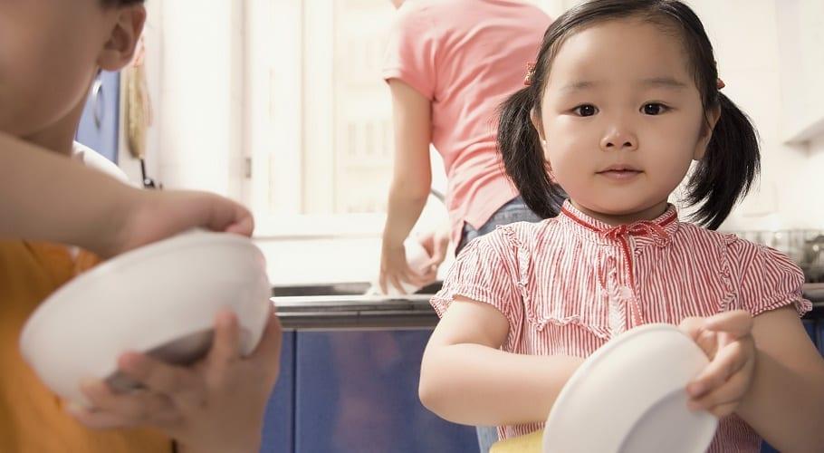 Niños ayudando en la tarea doméstica