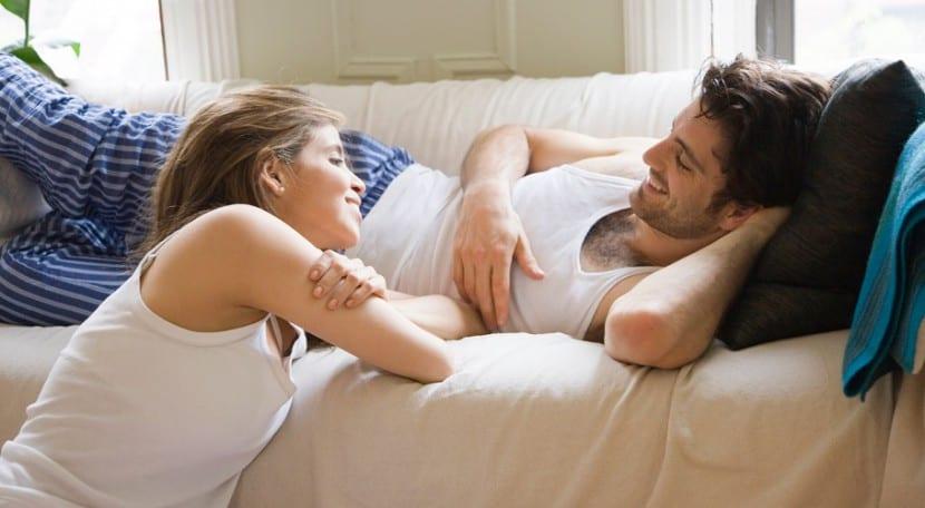pareja hablando de sexo
