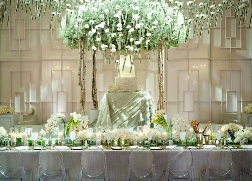 Sillas transparentes en mesas de boda