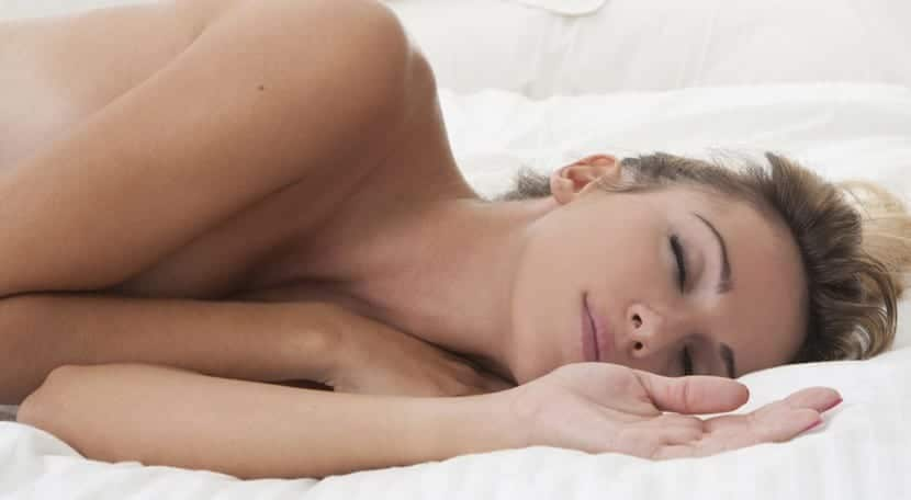 ventajas de dormir desnuda